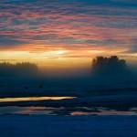 Auringonlasku järvellä keväällä.