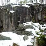 Lunta ja pysty kallioseinämä.