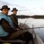 Kaksi miestä veneellä kalassa.